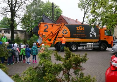 Pokazujemy jak pojazd dwukomorowy odbiera odpady - ZGK Suchy Las